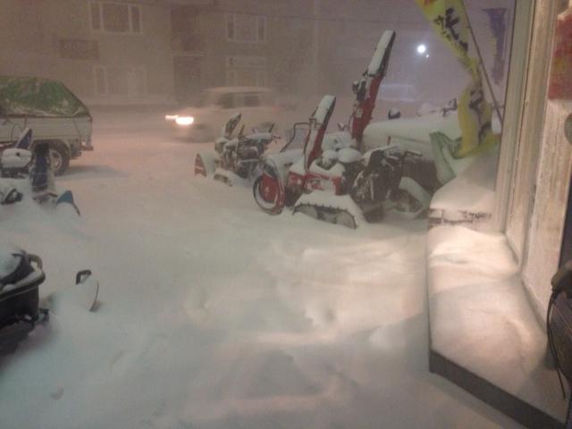 市内でこんな吹雪は珍しいですよネ!?(@_@;)