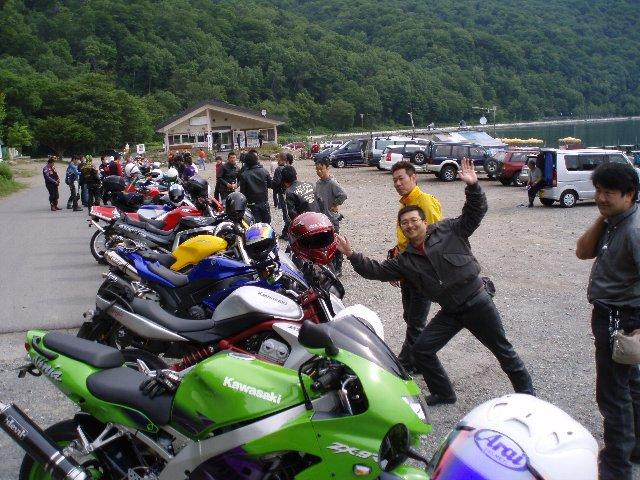 早朝にもかかわらず、支笏湖はバイクビッシリ!!